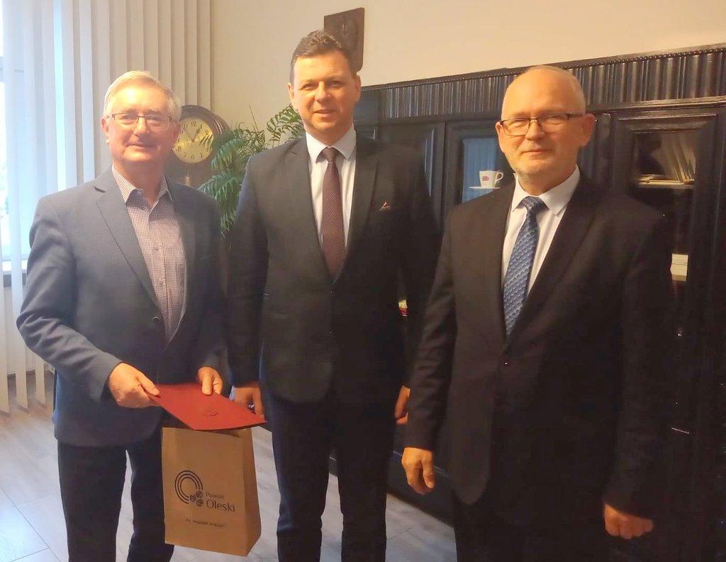 Pan Ernest Hober /stoi po lewej/ otrzymał gratulacje z rąk Starosty Oleskiego Rolanda Fabianka /stoi w środku/ oraz Wicestarosty Stanisława Belki /stoi po prawej/ - w gabinecie Starosty.